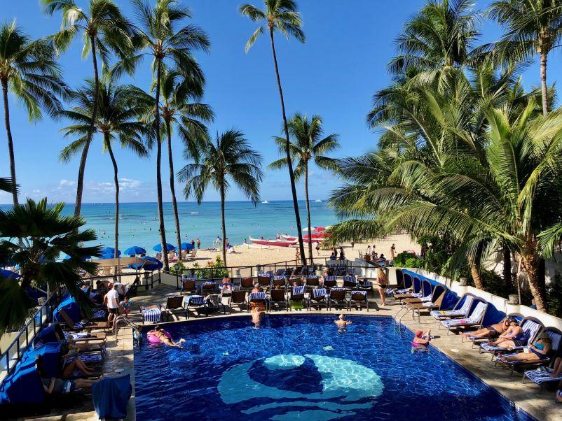 宿泊先ホテル2階のカフェから望むワイキキビーチ
